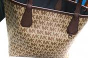 今や多くの女性が愛用する人気ブランド✨MICHAEL KORSのリバーシブルトートバッグ入荷致しました!!