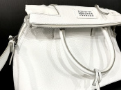 Maison Margielaより、ガリアーノが手掛けた初のバッグコレクション!