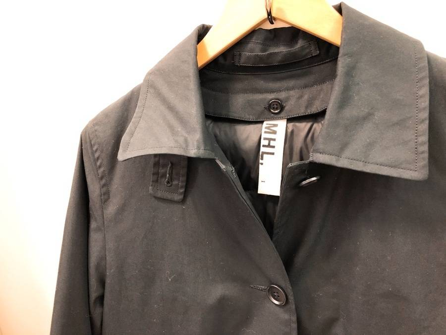 大人気定番ブランドMHL/マーガレットハウエルより、今の季節から冬まで活躍できるステンカラーコートのご紹介です!
