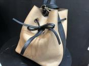 秋服に上品にマッチするFURLA(フルラ)のドローストリングショルダーバッグの入荷です!