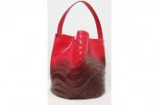 プリーツという伝統的な加工素材をさらなる技術開発【PLEATS PLEASE ISSEY MIYAKE(プリーツプリーズ イッセイ ミヤケ)】のエナメルショルダーバッグ。