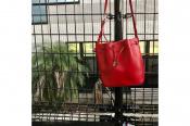 【agnes b】より鮮やかな赤色が上品なショルダーバッグのご紹介です。