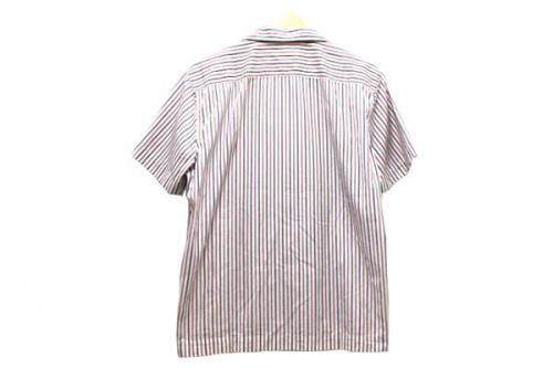 オープンカラーのシャツ