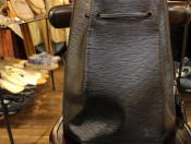 LOUIS VUITTON(ルイ・ヴィトン) 定番モデル「エピ」よりエレガントな雰囲気が特徴的なショルダーバッグのご紹介。
