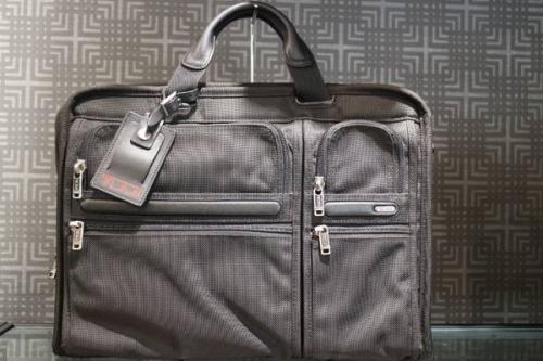 ブリーフケースのビジネスバッグ