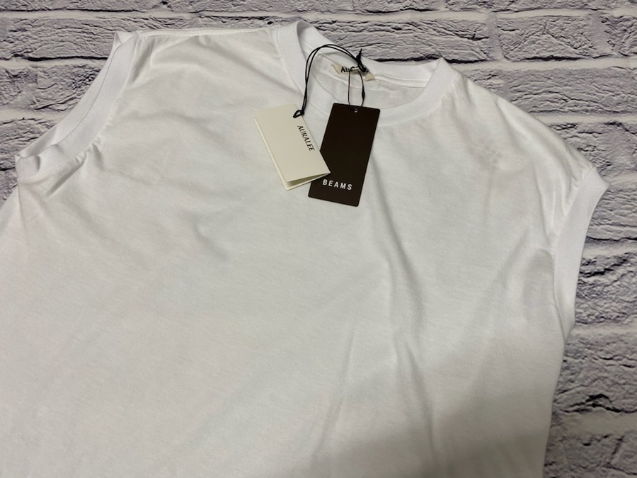 オーラリーのシームレスクルーネックノースリーブTシャツ