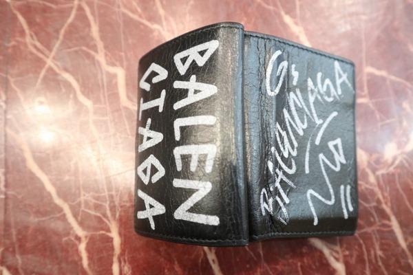 落書きロゴの財布