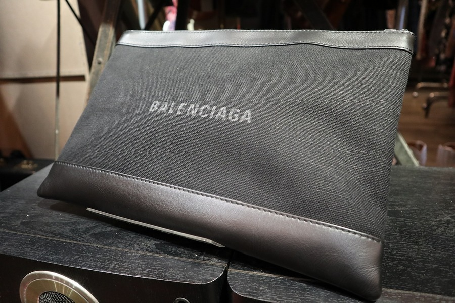 大人気ハイブランド、【BALENCIAGA/バレンシアガ】から当店おすすめのクラッチバッグが入荷致しました!!