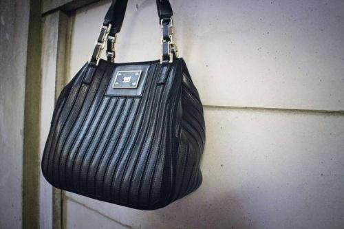 アニヤハインドマーチのバッグ