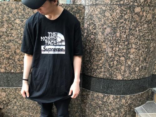 シュプリーム × ノースフェイスのMetallic Logo Tee