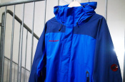 突如の雨にも完全対応!!DRYtech・比翼・防水ジップ と三拍子の機能を備えた防水ジャケット【MAMMUT/マムート】
