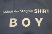 COMME des GARÇONS SHIRT BOY(コムデギャルソンシャツボーイ)より、アイコニックなロゴのナイロンロングコートが入荷致しました。