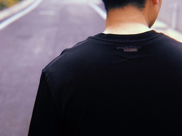 UTOPIA DYS TOPIA T-SHIRTのTシャツ