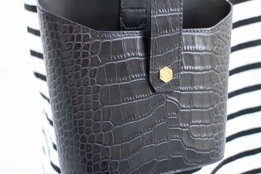 クロコ型押しバケットバッグのブラック