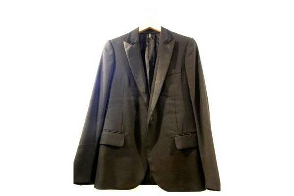 こちらのテーラードジャケットはエディ スリマンが2007A/Wを持ってDior Homme(ディオール オム)のデザイナーの任期満了した時のモノになります。