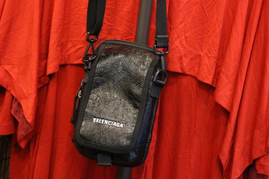 バレンシアガのポーチバッグ
