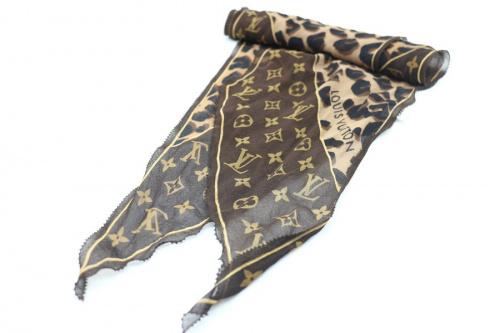 シルクスカーフのモノグラム