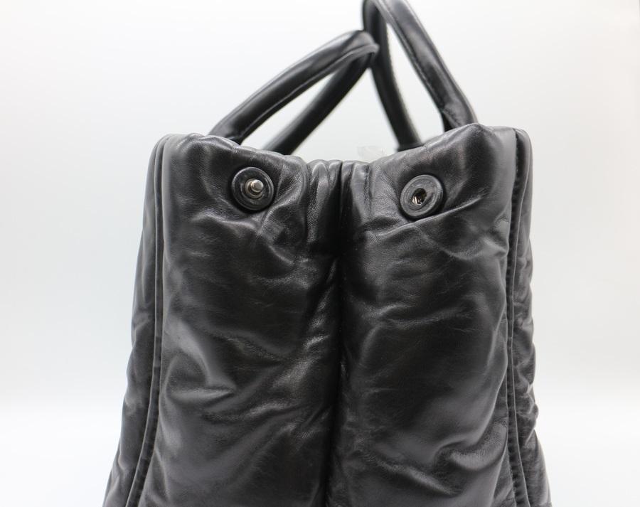 プラダのナッパボンバーハンドバッグ