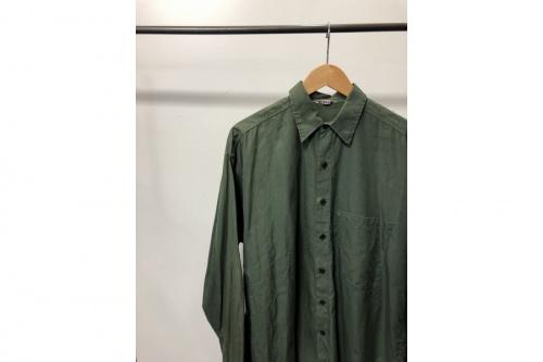 オーラリーのシャツ