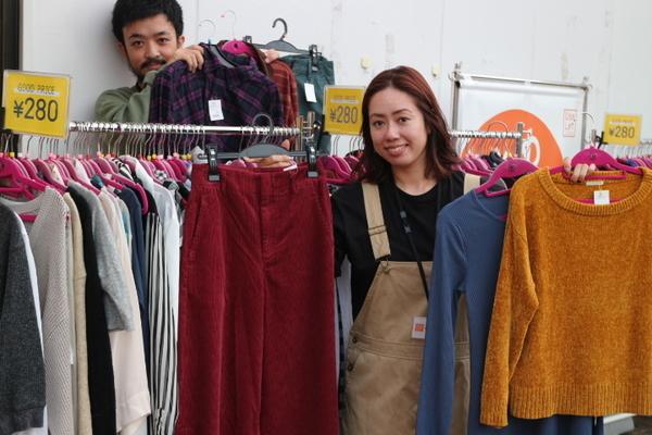 店内に入る前からお買得秋冬商品たくさんございます♪入間の激安古着屋