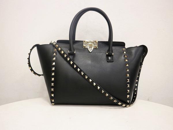 【VALENTINO/バレンティノ】から ロックスタッズ スモール トップハンドルバッグをご紹介致します。