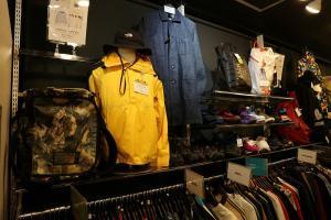 市川店では洋服だけでなく、靴、バッグなど服飾小物の取り扱いを強化中!!