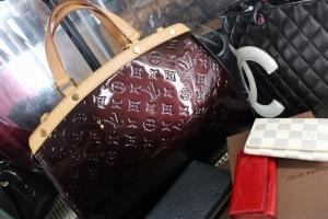 ショーケースには海外ブランドのバッグや財布、時計など豊富なラインナップ!