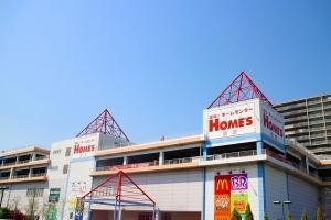当店は島忠ホームズ2階!なんでも揃う大型ショッピングセンター。
